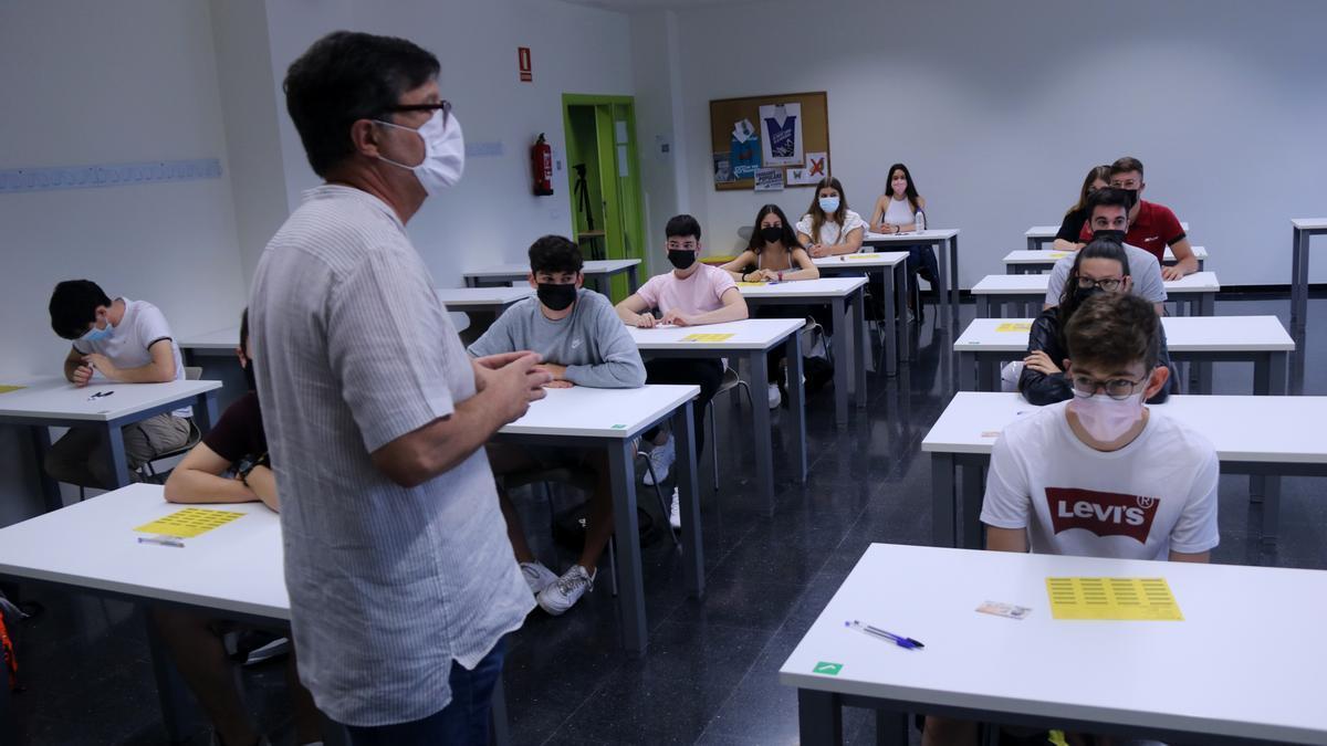 Un professor dirigint-se als estudiants d'una aula