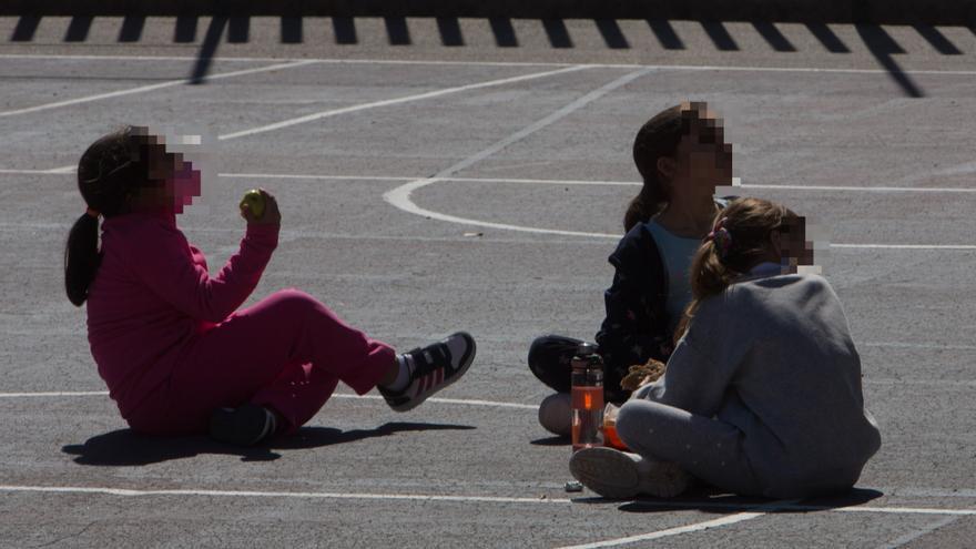Polémica carta de una madre de Alicante porque obligan a sus hijos a tomar el bocadillo en el aula