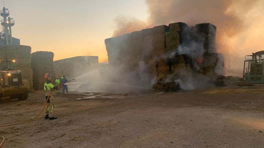 Sofocado un incendio en una nave de forrajes en Poleñino