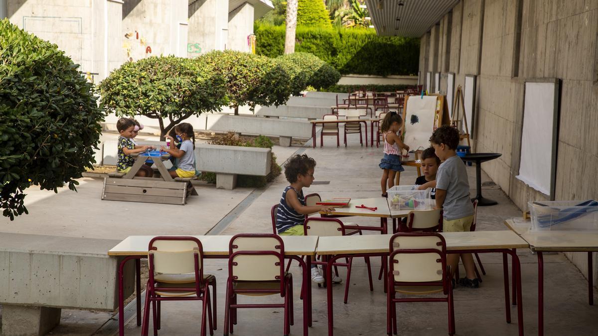 Colegios como El Fabraquer de El Campello organizan clases al aire libre para evitar al máximo los contagios.