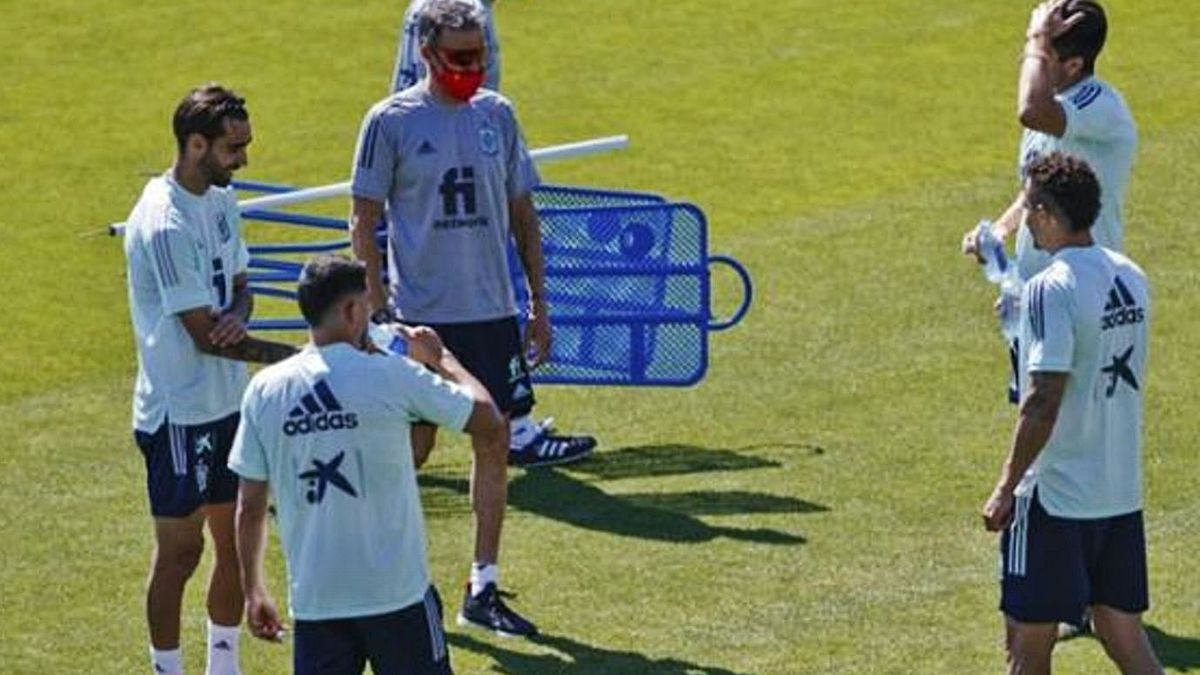 Brais Méndez, a la izquierda, con Luis Enrique, durante los últimos entrenamientos en la segunda burbuja de la absoluta en Las Rozas.   | // RFEF
