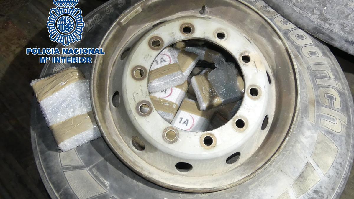 Rueda de camión con paquetes de cocaína en su interior.