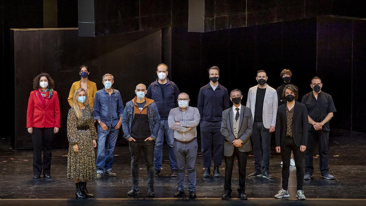 El equipo de 'El barberillo de Lavapiés' en el escenario de Les Arts.