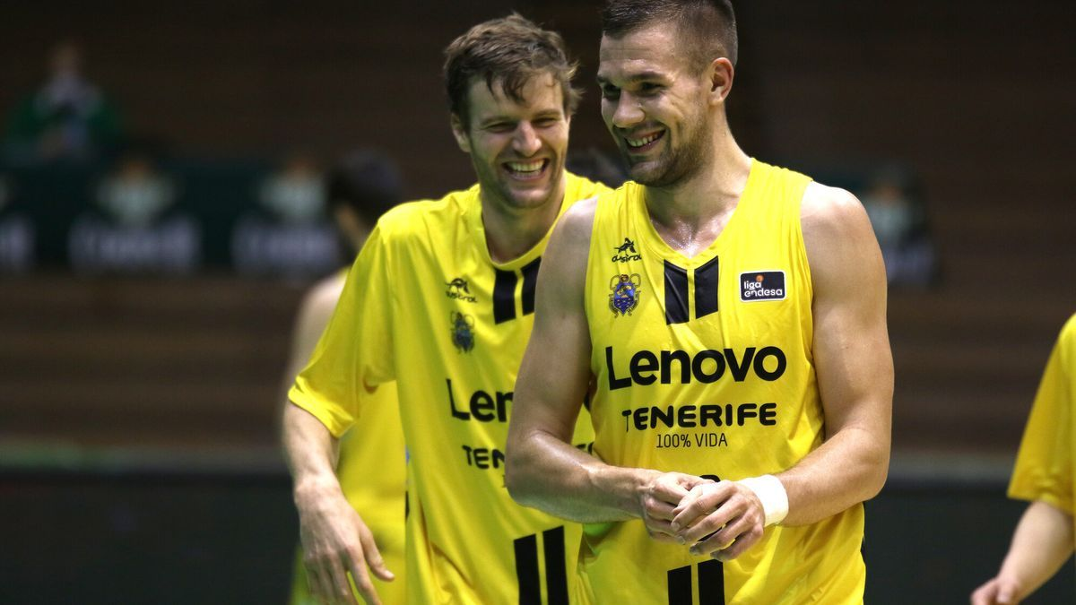 Doornekamp y Sulejmanovic bromean durante el partido ante el Real Betis.