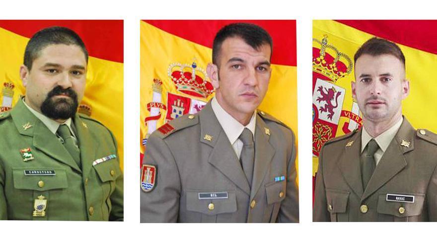 Tres militares de la BRI X auxilian a un hombre de avanzada edad en Córdoba