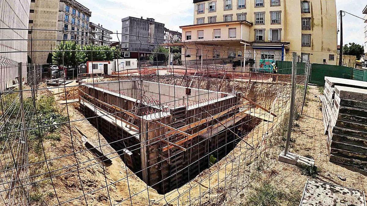 Construcción de la caldera de biomasa en el núcleo urbano de Ponteareas.