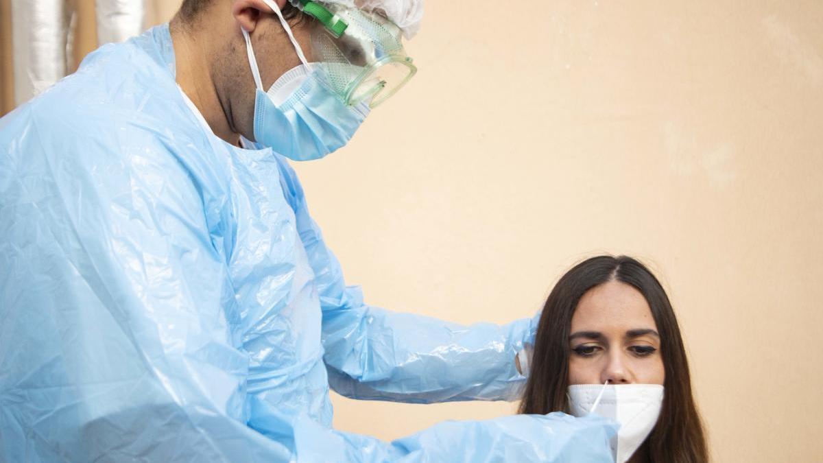 Realización de un test rápido de antígenos a una usuaria.