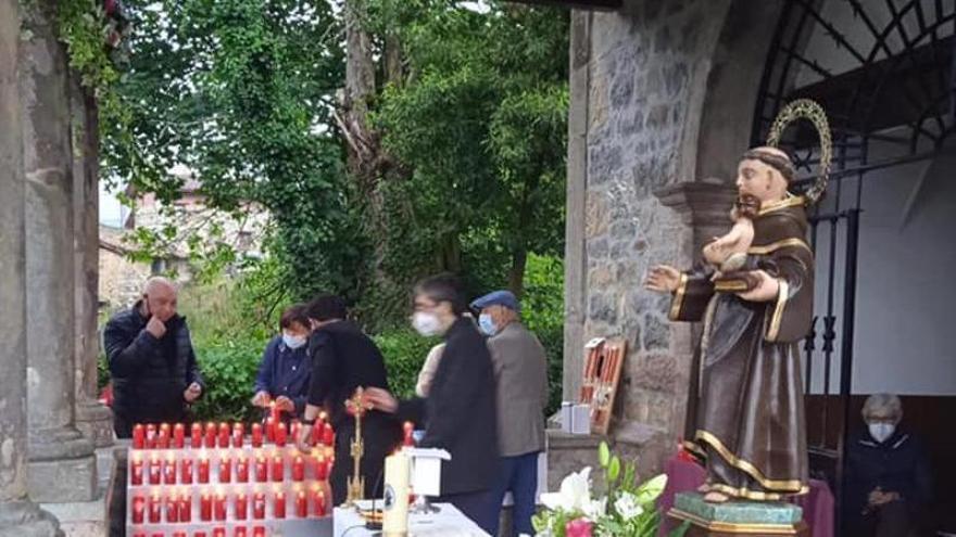 """El """"orbayu"""" no pudo con el inicio de la novena en honor a San Antoniu, en Cangas de Onís"""