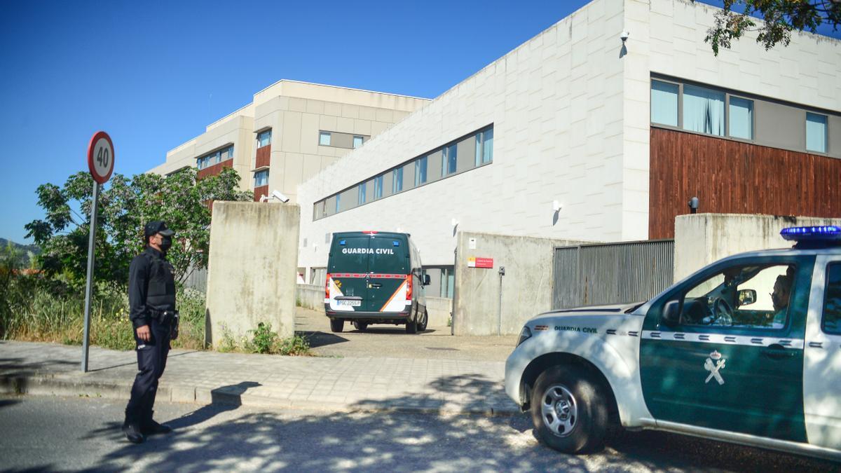 Entrada de dos vehículos de la Guardia Civil con detenidos a los juzgados, este viernes.