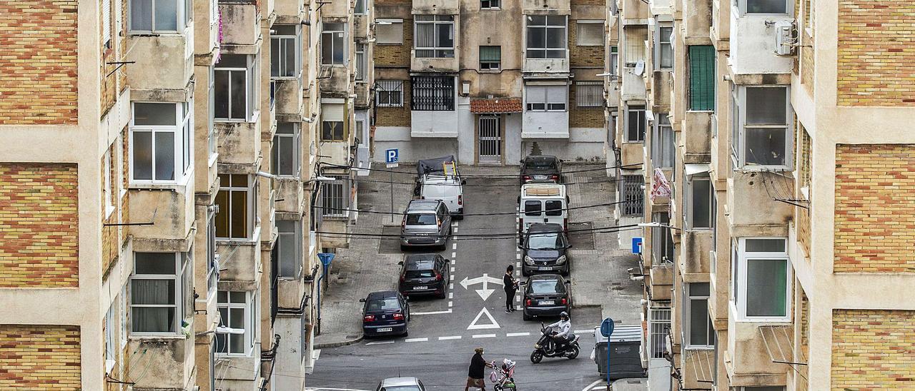 Vista de una calle de Colonia Requena, uno de los barrios más simbólicos de la Zona Norte de Alicante, donde el covid en las aguas residuales ha caído a mínimos.  | ALEX DOMÍNGUEZ