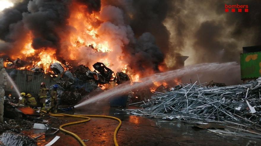 Extingit l'incendi d'una indústria de reciclatge de ferralla a Castellbisbal