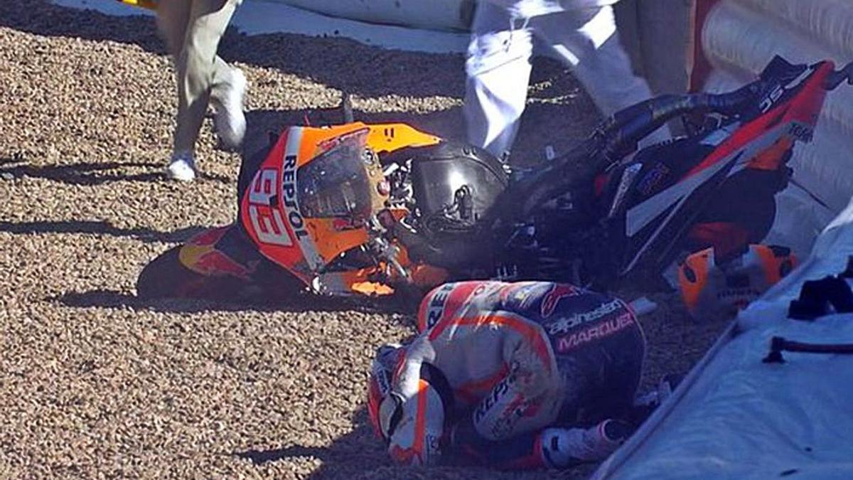 Captura de pantalla del momento en el que Márquez se duele en el suelo tras su caída.