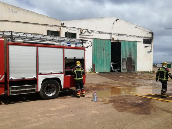 Un incendio calcina nueve coches en una nave de desguace en Arrecife