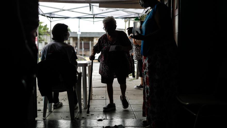 """Detienen a dos mujeres que se disfrazaron de """"abuelas"""" para ponerse la vacuna del covid en Florida"""