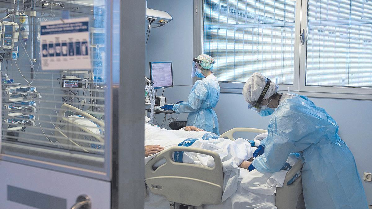 Personal sanitario atiende a un paciente de coronavirus.