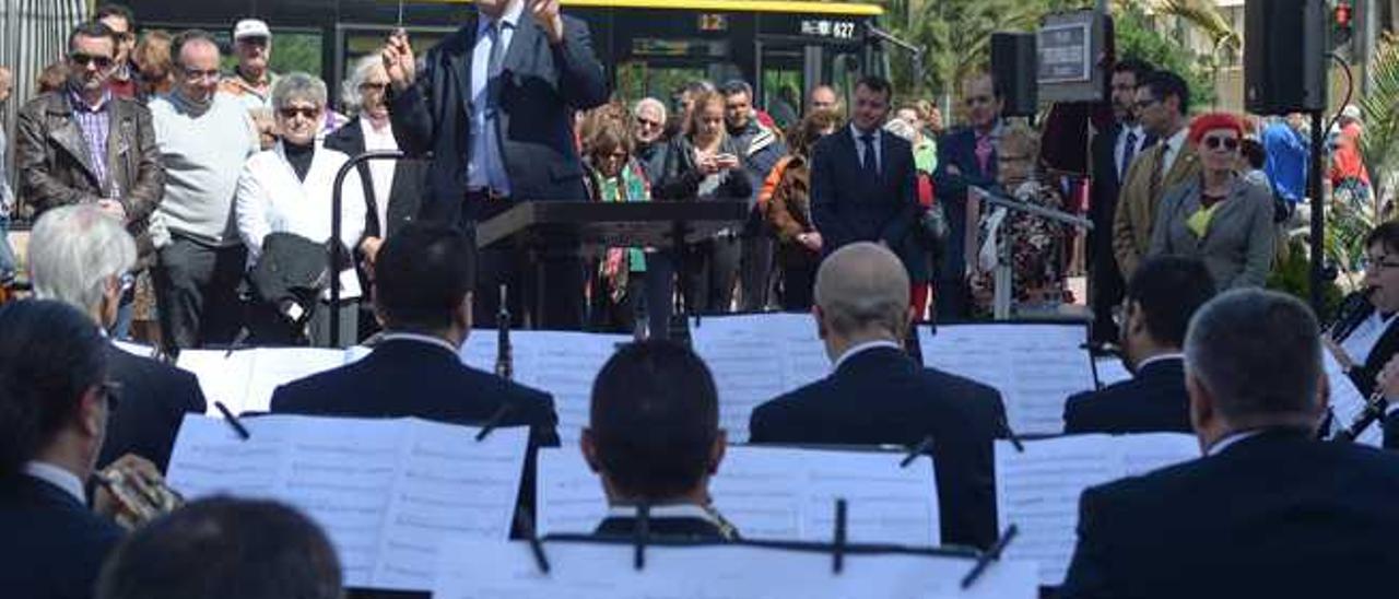 Inauguración de la plaza Pedro Espinosa, ayer. Junto a la placa, Sosa, Cardona, Espinosa, Santana, López y Bolta.