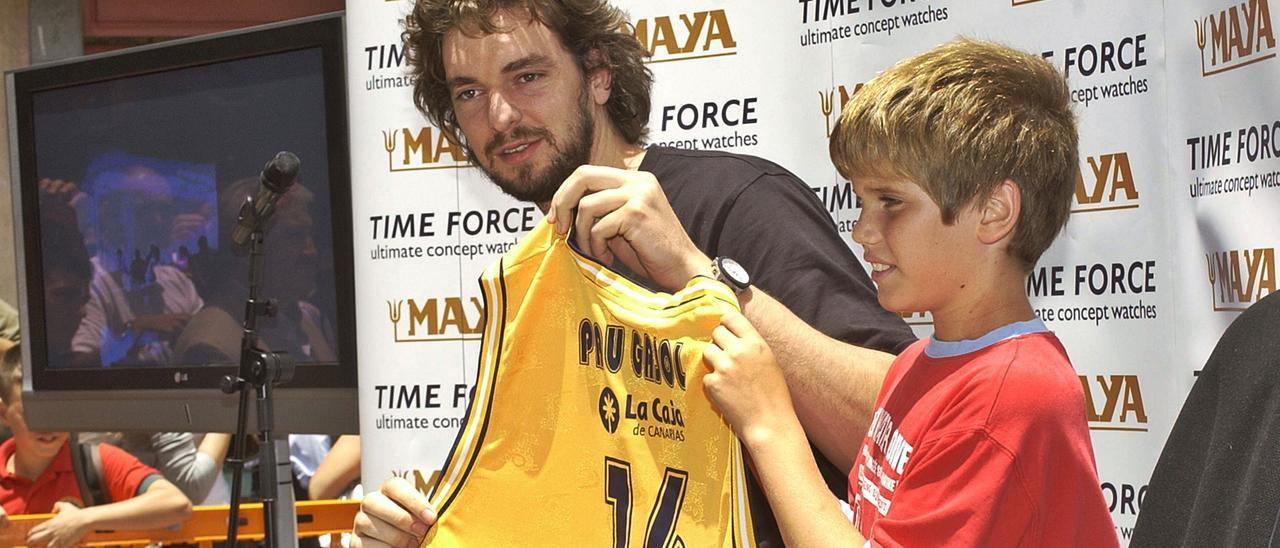Pau Gasol posa con una camiseta personalizada del CB Gran Canaria durante un acto promocional de un comercio en la Calle Mayor de Triana en 2007 . | | ANDRÉS CRUZ