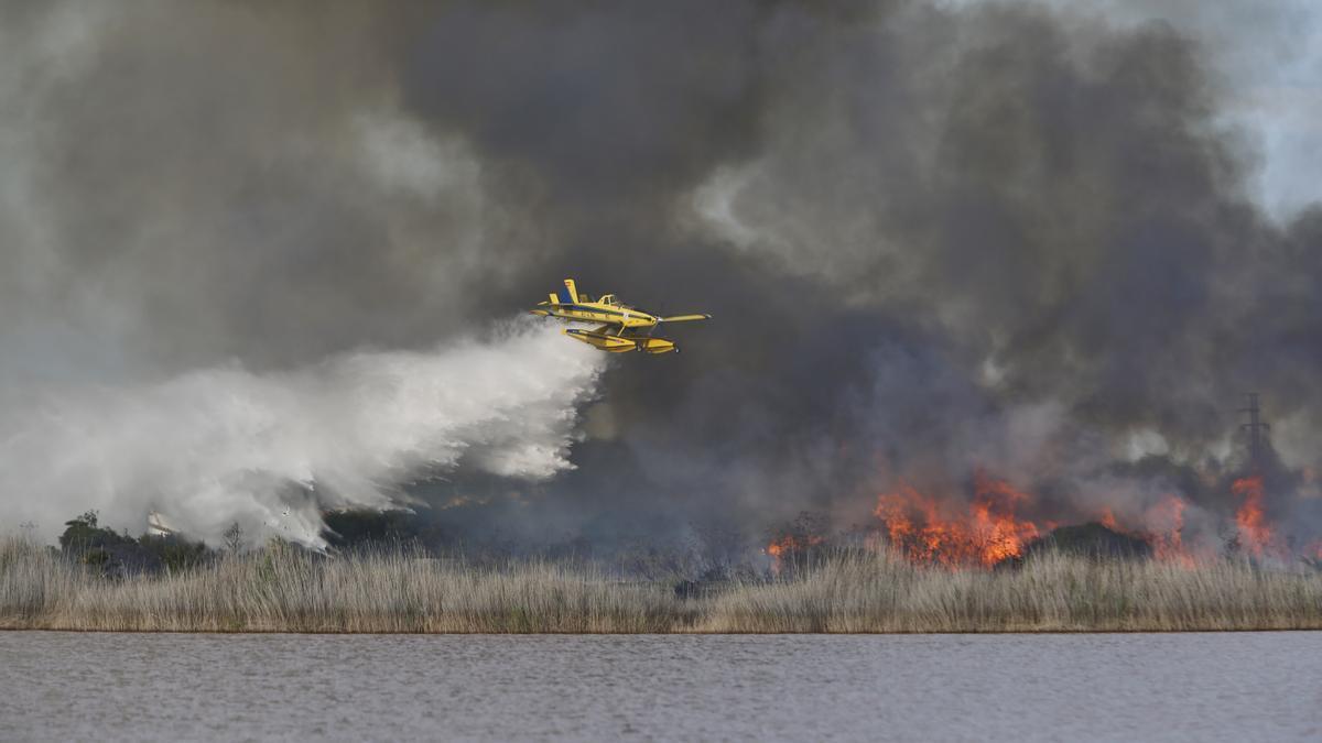 Imagen del uso de medios aéreos para extinguir el fuego que se controló sobre las 23.00 horas del sábado