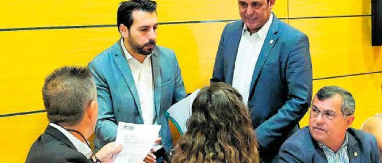 El consejero Manuel Hernández (con barba) y el presidente Blas Acosta dialogan los representantes del PP en el Cabildo.
