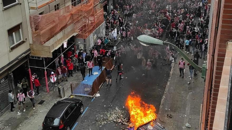 Choques entre aficionados del Athletic y la Ertzaintza en Bilbao tras producirse aglomeraciones