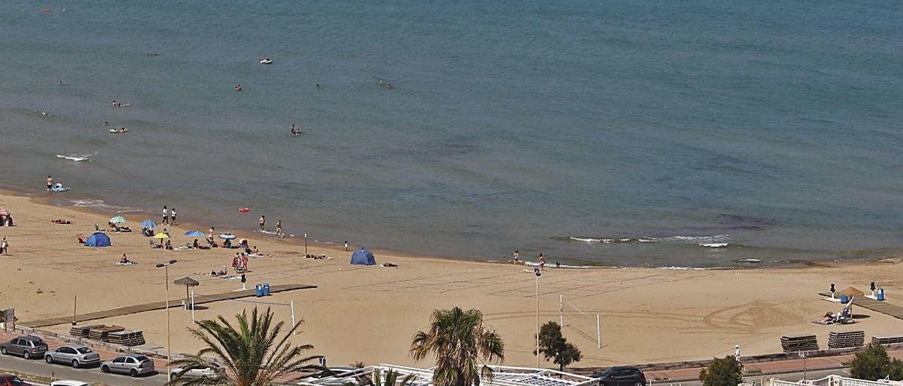 Sur de la playa de La Mata ayer sin dos de sus chiringuitos. A la derecha e izquierda de la imagen acceso con pasarelas a los emplazamientos de los quioscos de playa que no se han instalado