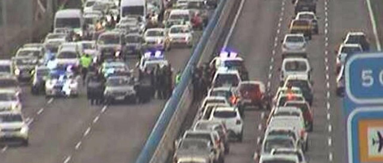 Retenciones en la autopista del Norte a raíz de la intervención policial para atrapar a dos hombres en La Laguna.