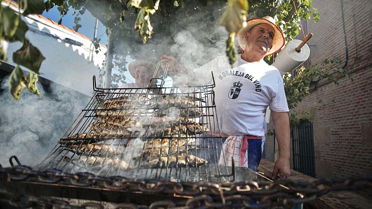 Sardinada realizada en las últimas fiestas celebradas en Moraleja en julio de 2018. | E. F.