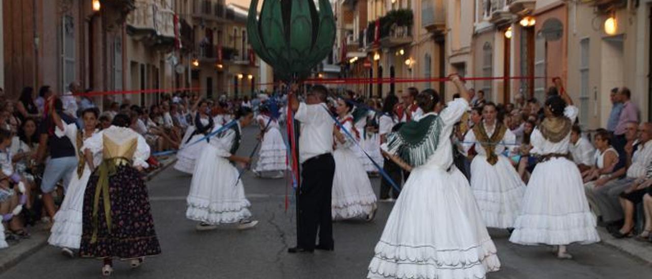 Uno de los bailes de «l'Entrà» en una foto de archivo. | LEVANTE-EMV