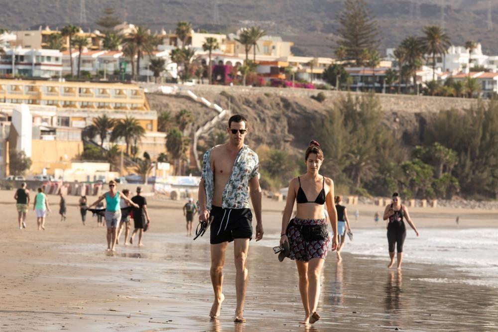 Varias personas pasean por la orilla de la playa del Inglés (Gran Canaria) este miércoles, en el tercer día de la fase 0 de la desescalada