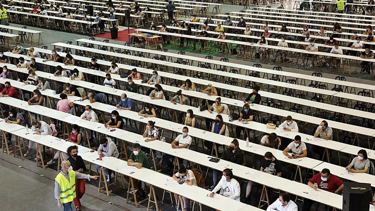 Parte de los opositores del primer examen, en la Feria de Muestras. | Juan Plaza