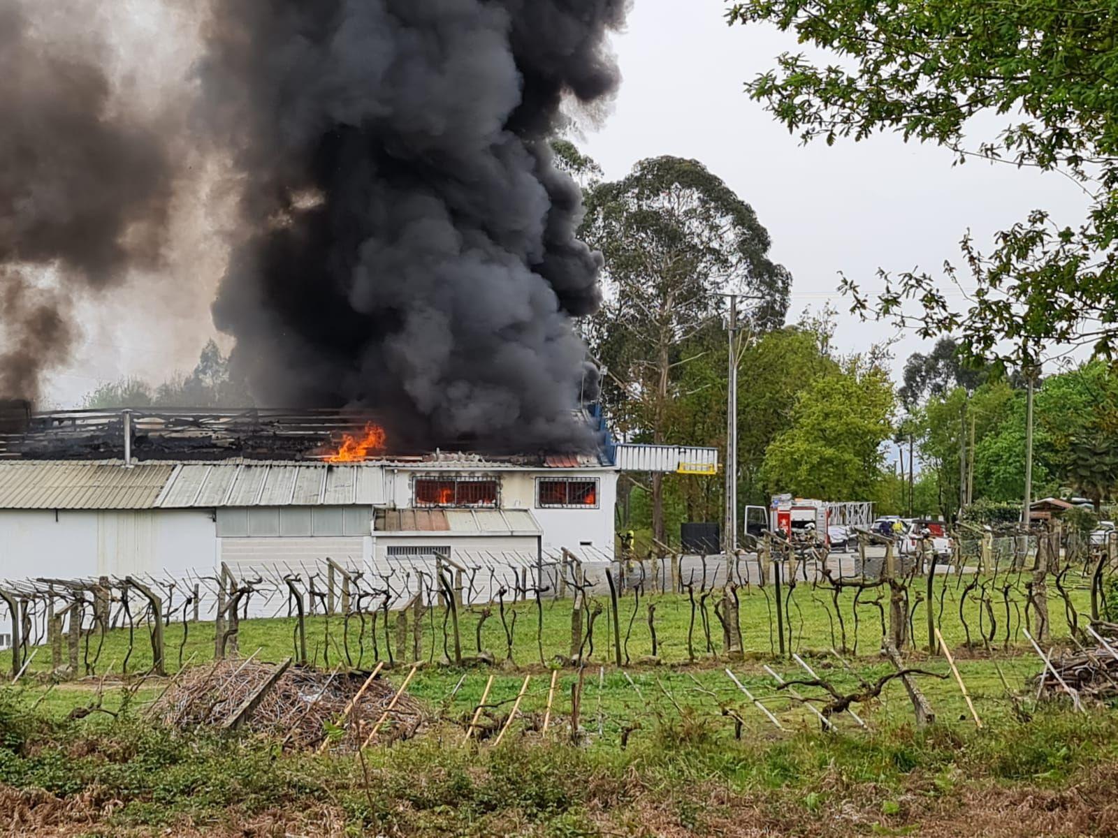 Los bomberos acuden a Ponteareas para sofocar un incendio en una nave de bacalao