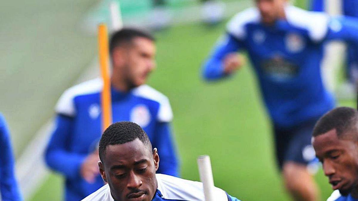 Mujaid Sadick, uno de los tres futbolistas del Deportivo que jugaron todos los minutos hasta ahora, corre sobre el césped.