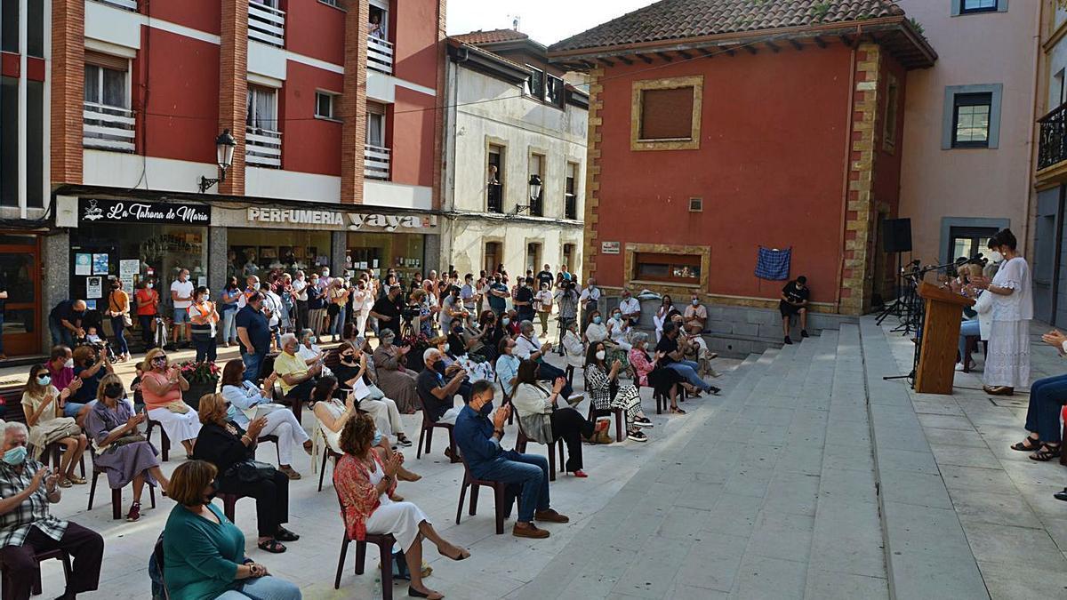 Un momento de los actos en la plaza de Les Candases.   Borja García