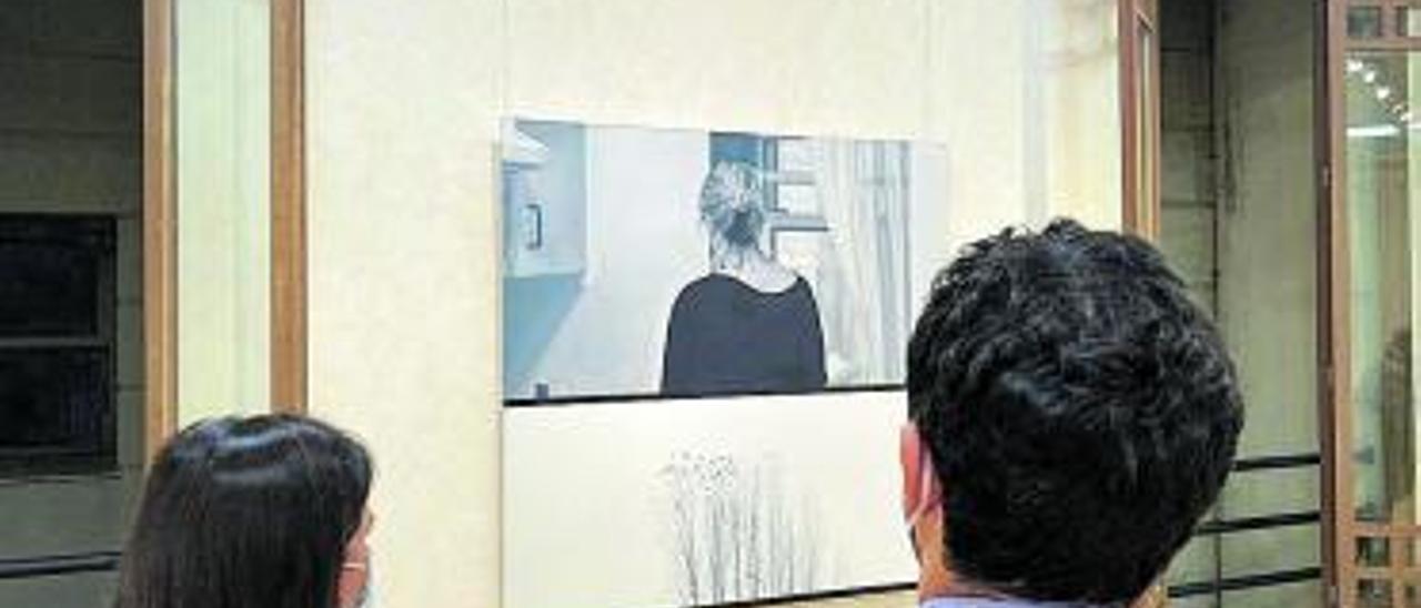 J.A. Sagredo y T. Espinosa viendo la obra ganadora.   A. P.