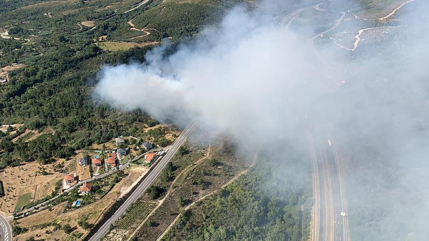 Estabilizado un incendio próximo a casas y a la A-52 en Verín