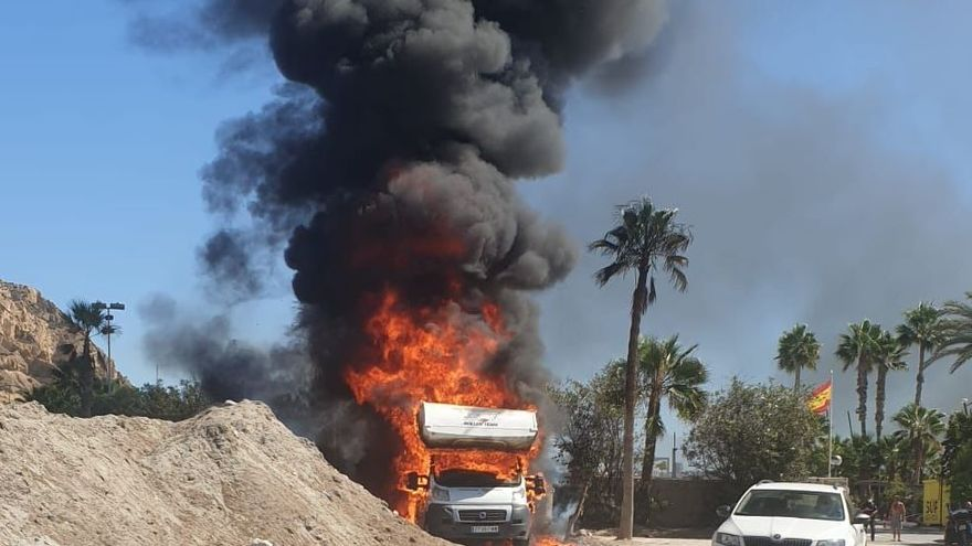 Aparatoso incendio de una autocaravana junto al club náutico de la Cantera en Alicante