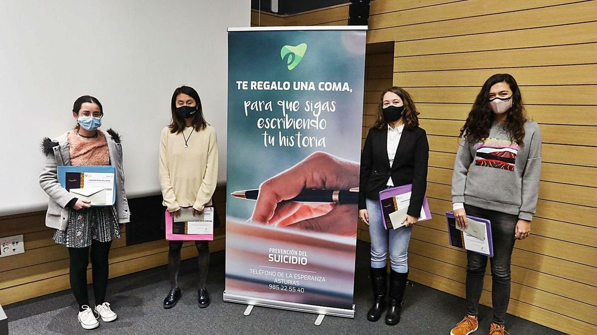 Por la izquierda, Isabel Arias, Elisa Yang Salas, María López y Candela Díez, con sus premios, ayer. | Juan Plaza