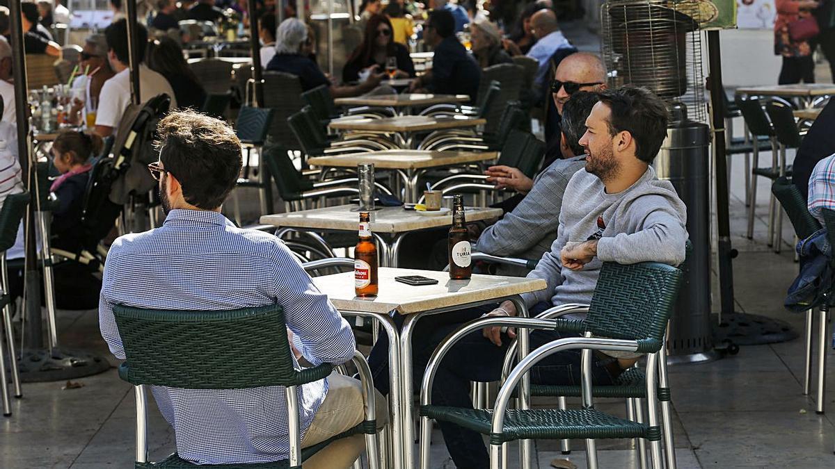 La suspensión de la tasa de mesas y sillas supone un ahorro a la hostelería de 2,6 millones. | LEVANTE-EMV