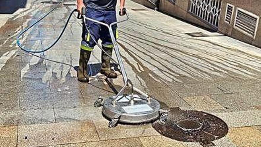 Arranca el baldeo y limpieza de las calles Roda, Fondo do Saco y Jaime Janer