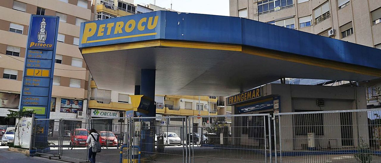 La gasolinera de la avenida Luis Suñer que va a ser adquirida por el ayuntamiento. | V. M. PASTOR