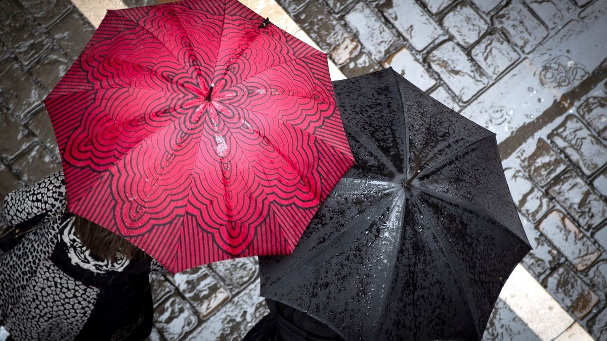 Dos personas bajo un paraguas.