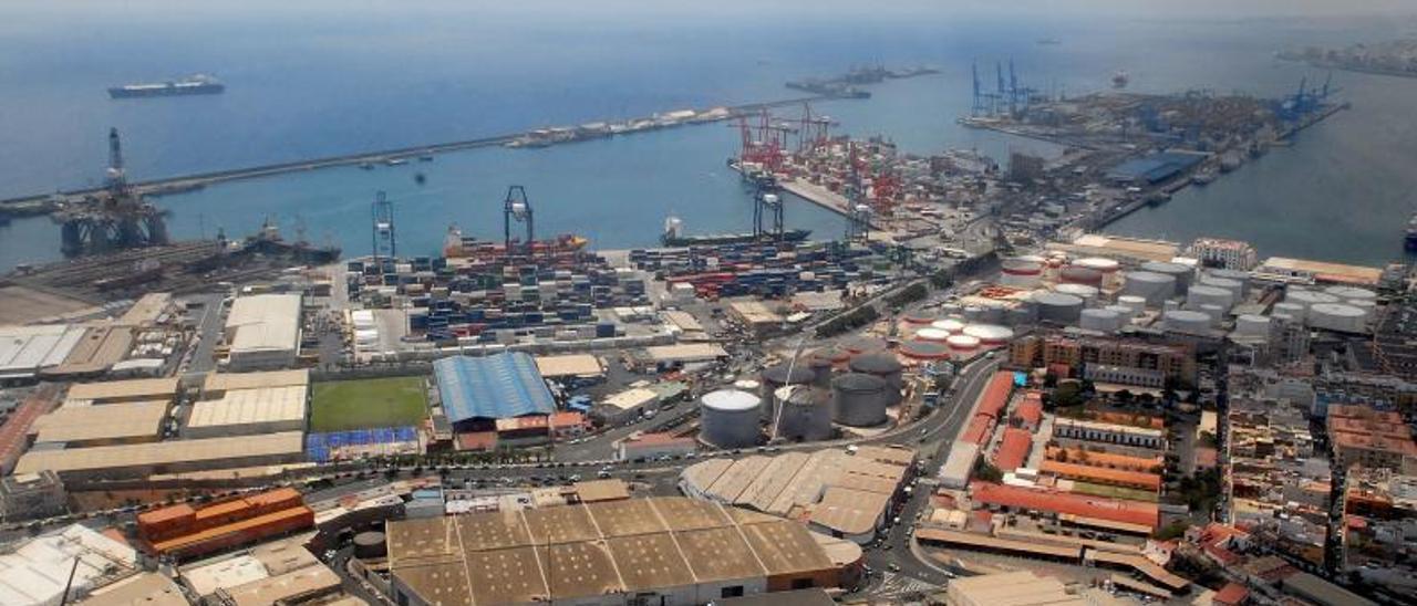 Vista aérea del Puerto de La Luz y de Las Palmas, en una imagen de archivo, donde se pueden apreciar los tanques de Petrologis Canarias. | | LP/DLP