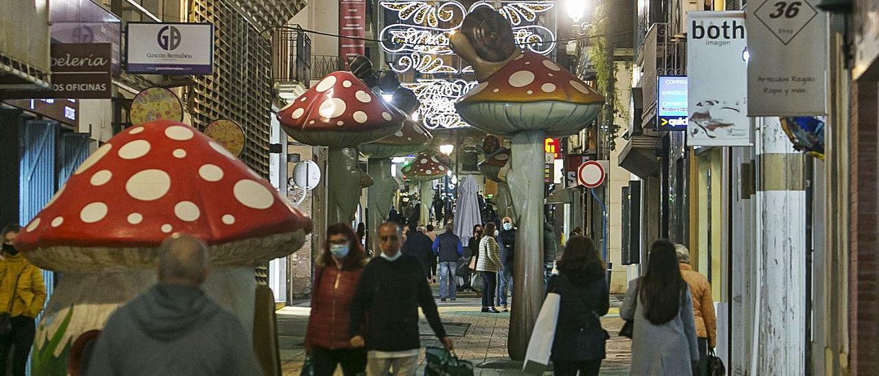 Ambiente en una céntrica calle de Alicante, ayer, por la tarde.