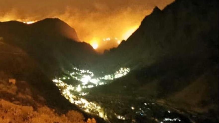 El fuego encierra a unas 40 personas en Artenara