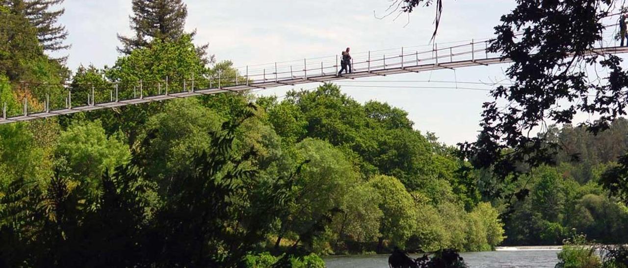 Vista del puente colgante de O Xirimbao.