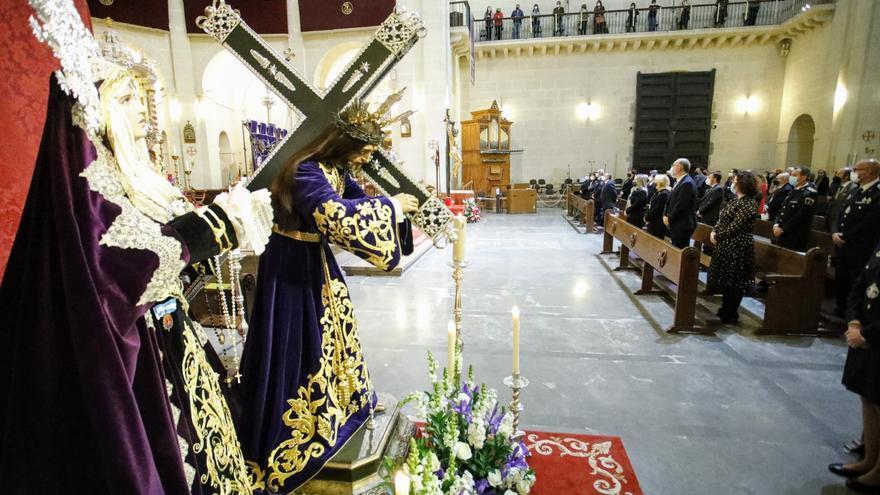 Altar de culto con las imágenes de Nuestro Padre Jesús y la Santísima Virgen de las Penas