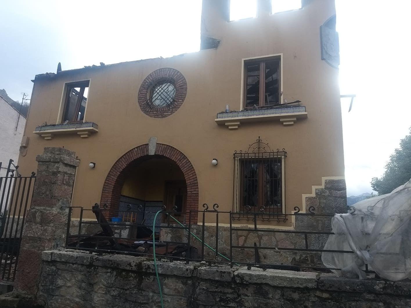 Calcinada una casa de tres plantas en Amieva
