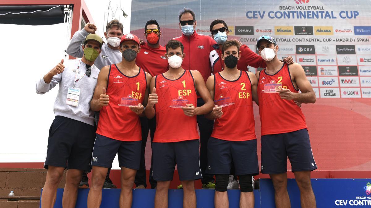 Los representantes del combinado español posan con la medalla de plata.