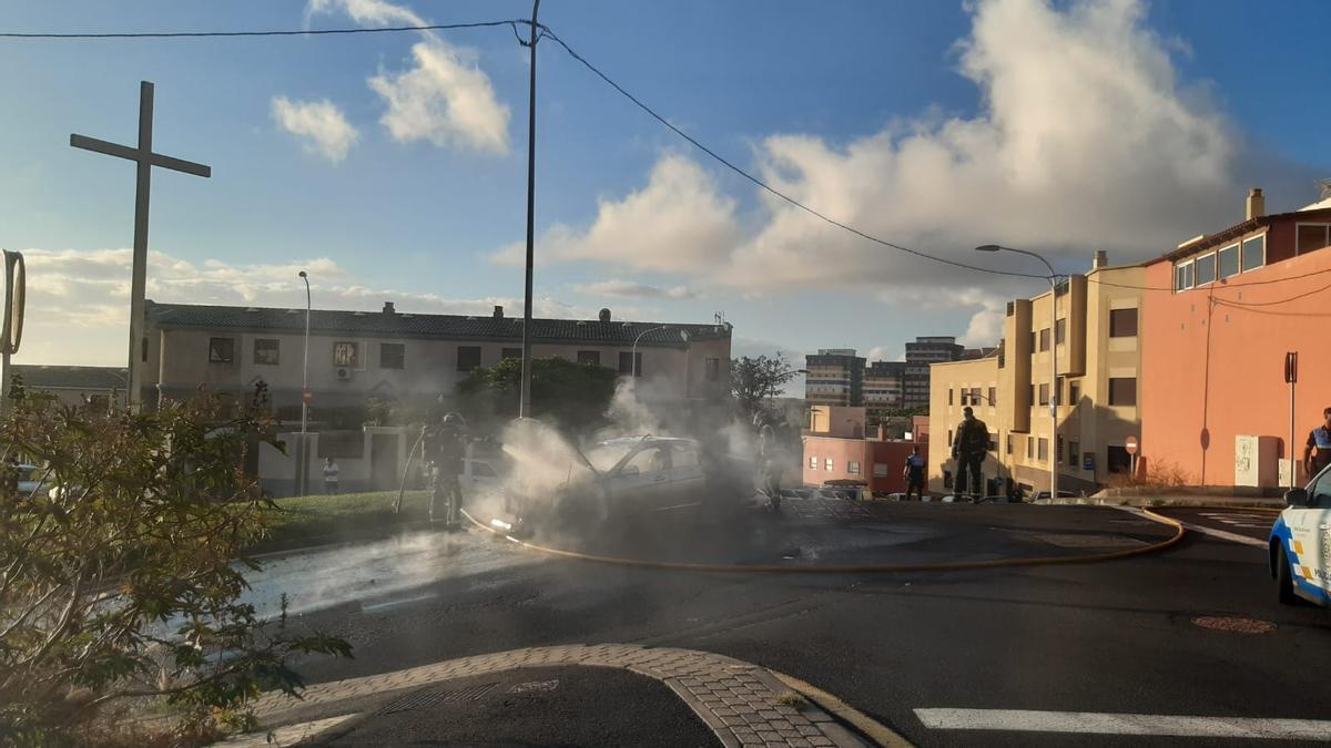 Bomberos de Tenerife sofoca las llamas en un coche en el Camino del Hierro.