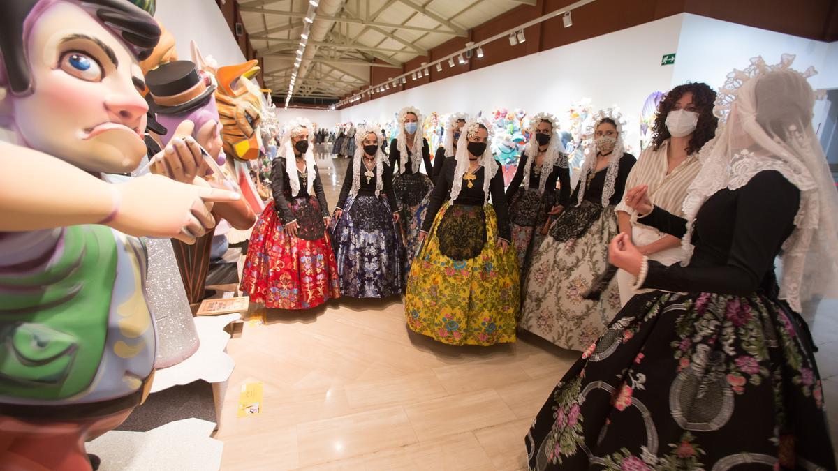 Ninots en la exposición que se celebra en la Lonja en la visita de las candidatas a Bellea del Foc.